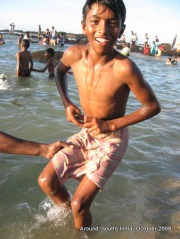 a kid in kanyakumari beach tries to fix towel on his waist