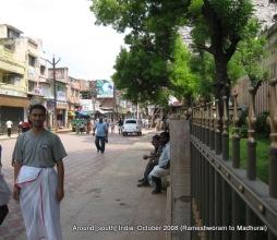dinesh wagle wearing dhoti in front of madhirai meenaxi tempmle