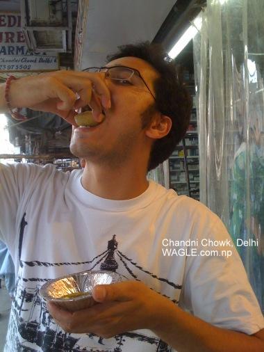 chandni chowk delhi pani puri eating