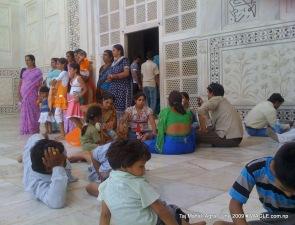 people in taj mahal