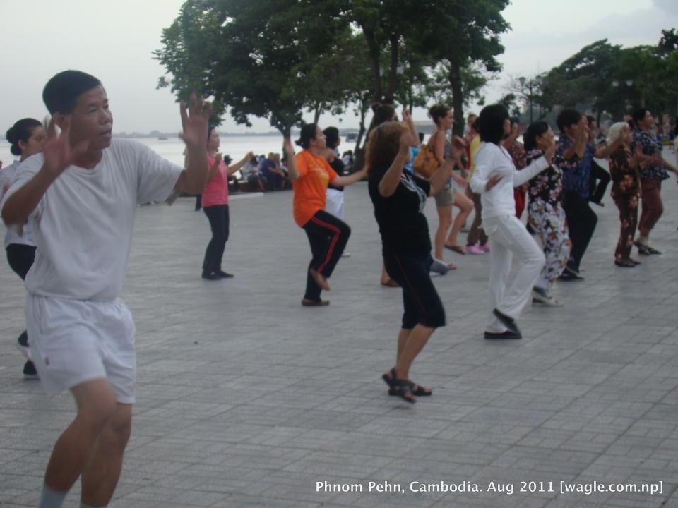 dance and exercise at Sisowath Quay aka riverside