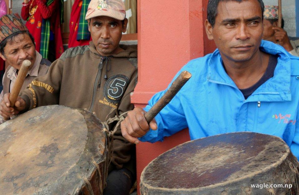 Men play damaha drums