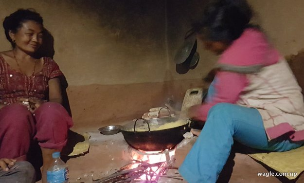 खाना पकाउँदै
